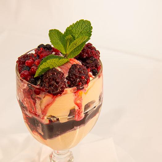 Vaniljeis med varme bær