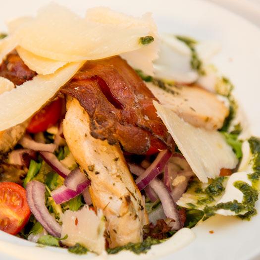 Lun kyllingsalat med bacon