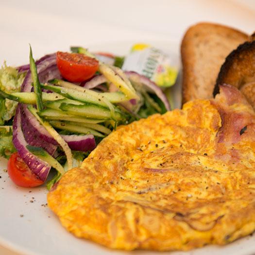 Omelett med bacon, ost & løk (ferskt brød)